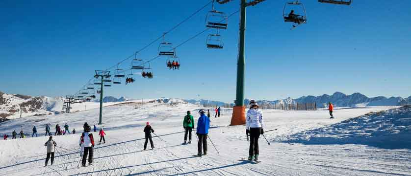 andorra_soldeu_skiers-chairlifts-on-piste.jpg